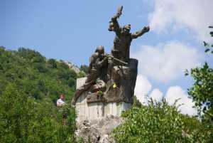 Martialisches Denkmal am Straßenrand