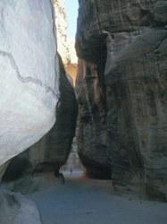 Auf dem 1,2 km langen Siq nach Petra mit einer ehemaligen Wasserleitung