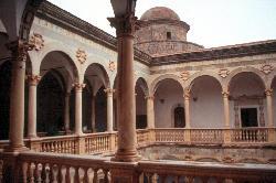 ... innen charmant mit Säulengängen aus Marmor ...