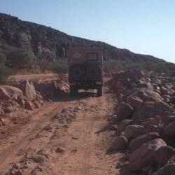 Eine frisch geschobene Piste führt heraus aus dem Wadi Mathendous