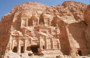 Eine der Monumentalgrabfassaden