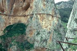 ... wurde der ehemalige Dienstweg in 100 Meter Höhe in den Fels gehauen