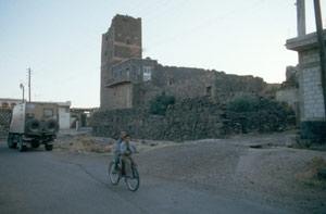 Die ehemalige Burg mit dem Wehrturm...