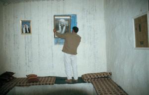 ... wird heute von Einheimischen bewohnt und genutzt. Durch die Privaträume geht es, nachdem das Bild, die Holz- und anschließend die Basalttür geöffnet wurde, in den Wehrturm