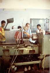 Die Radbolzen werden per Hand gedreht