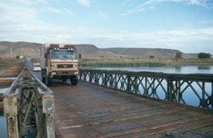 Die Pontonbrücke ist auch für größere Fahrzeuge ohne Probleme zu befahren