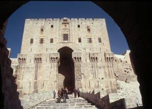 Aleppo - der Haupteingang zur mächtigen Zitadelle