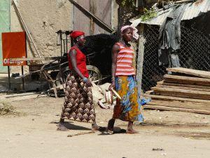 Farbenfroh gekleidete, selbstbewusste Frauen
