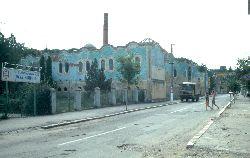 Das alte Kurhaus im Hundertwasser-Stil zerfällt langsam