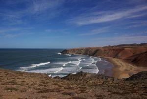 Küstenverlauf folgend oberhalb des Strandes,...