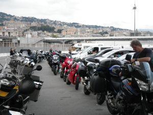 Warten im Hafen von Genua