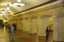 """Station Kurskaja - besticht aus hellem freundlichen Marmor und """"leicht"""" wirkenden Deckenleuchten"""