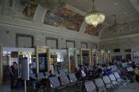 In zwei Wartesälen wird an Deckengemälden die Geschichte der Stadt dargestellt