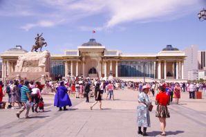 Diplom-Abschlussfeiern der unterschiedlichsten Ausbildungsrichtungen auf dem Dschingis-Khan-Platz
