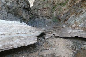 Auch noch im Sommer sind Eisreste in einem Teil der Schlucht...