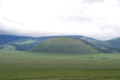 Auf der Strecke nach Mörön, der auffällige Vulkankegel Uran-Uul...