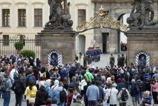 Die Wachablösung auf der Prager Burg ist ein Besucher-Magnet...