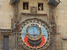...und der astronomischen Uhr aus dem 15. Jahrhundert. Jede volle Stunde zeigen sich die Figuren der zwölf Apostel, begleitet von einem Glockenspiel.