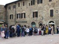 ...und die Plazza Zisterna mit der Gelateria Dondoli laden nicht nur uns zu einem Besuch ein.