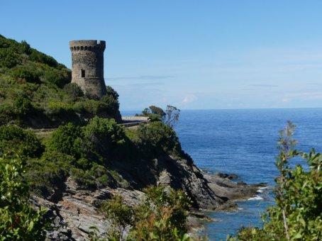 Unmittelbar an der Straße zum Cap Corse liegt der Tour de Losse.