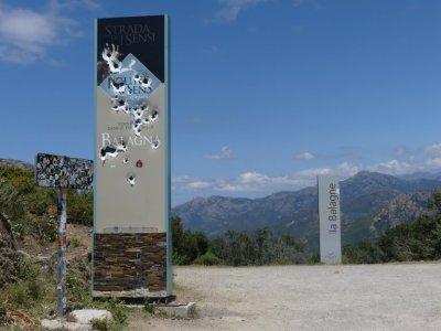 Schilder auf dem Col de Palmarella dienten als Zielscheibe für großkalibrige Schusswaffen
