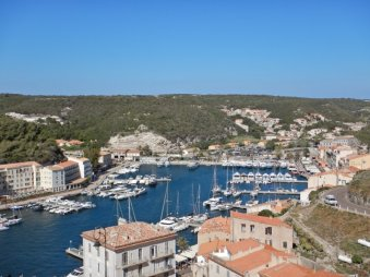 Die Hafenbucht in Bonifacio,...