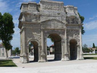Das römische Stadtgründungstor in Orange...