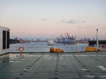 """...auf der Elbe, im """"Schlepp"""" ein Aida-Kreuzfahrtschiff."""
