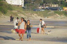 ...Strandspaziergänge - klare Rollen: Mann trinkt (Mate-Tee), Frau trägt (Zigarette und Thermoskanne).