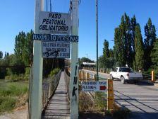 Die Fußgänger-Hängebrücke und die Fahrzeugbrücke über den Rio Chubut in Gaiman