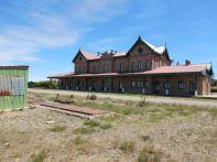 Der ehemalige Bahnhof von 1909 in Puerto Deseado liegt an einem ehemaligen riesigen Bahngelände und...