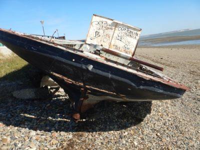 ...die noch mit Ruderpinne gesteuert wurde und deren Schiffsrumpf genietet ist.