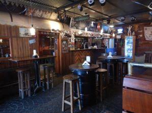 Gleich nebenan, ein rustikaler Pub mit guten einheimischen Bieren und origineller Einrichtung.
