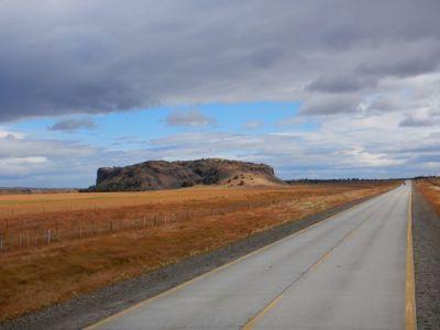 Auf dem Weg nach Norden, der mächtige Klotz Morro del Teheulche, wohl das Überbleibsel eines Vulkans.