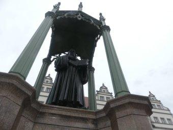mit seiner Lutherstatue ...