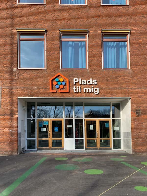 Lundehusskolen indgang med nyt logo