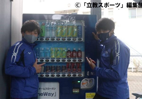 思い出」と語る自販機を指さす渋井(左)と石政