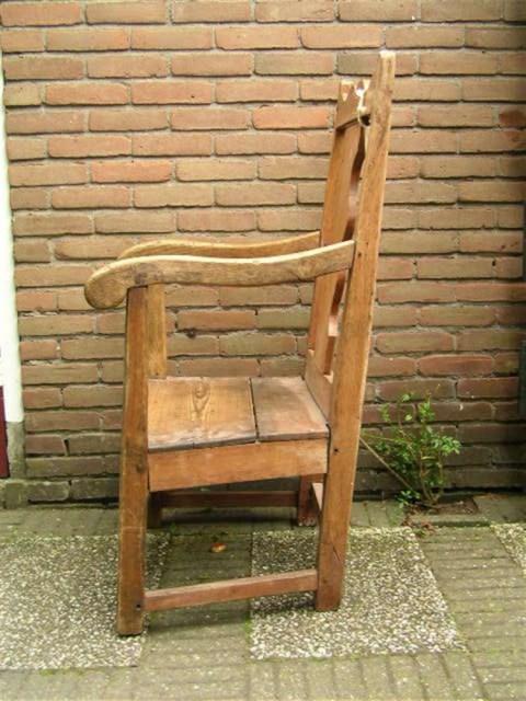 Een oude stoel gevonden. Deze oude stoel is door professioneel beoordeeld en bleek 250 jaar oud te zijn. Maar de conditie zo slecht dat deze niet meer gebruikt kan worden. Er zit geen historische waarde aan en kan dus gerestaureerd worden naar functioneren. Het is een leuke maar grote stoel met een zichtbare geschiedenis.