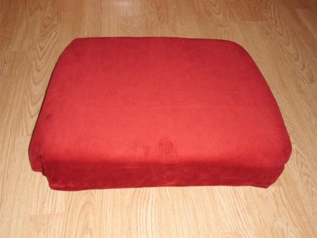 Omdat ik niets aan de stoel zelf wilde veranderen maar echt de stoel wilde restaureren om weer te kunnen gebruiken heb ik een kussen gemaakt die er los ingelegd kan worden. Deze is voor zien van een eigen harde bodem en uitkepingen voor de armleuning. Daardoor zal de kussen exact passen. De kleur rood is gekozen omdat dit wel mooi bij ons andere werk past. Wel een vrolijke kleur.
