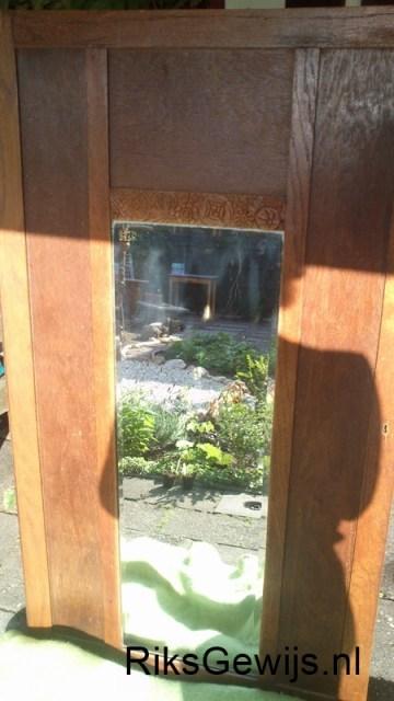 Een oude kastdeur met een spiegel er in. De rest van de kast was onherstelbaar verwoest helaas. Toch is deze deur wel erg leuk om te zien. Deze heb ik dan ook bewaard. Omdat de kast van uit de jaren 30 stamt en veel te veel verbouwt is kan ik deze helaas niet meer opbouwen. Het fineer was los. Zijwanden waren gebroken en vele delen waren er niet meer. Tijd dus om van deze deur een leuke spiegel te maken voor onze dochter.