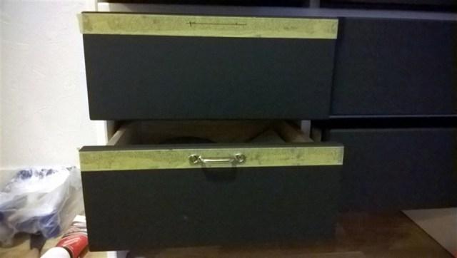 Het plaatsen van de grepen. Om goed te kunnen aftekenen en niets te beschadigen heb ik eerst schilders tape gebruikt. Daar de gaatjes op afgetekend en voorgeboord. De grepen zijn hoog geplaatst omdat er nu ook op de lade geschreven kan worden. En het staat ook wel speels op deze wijze.
