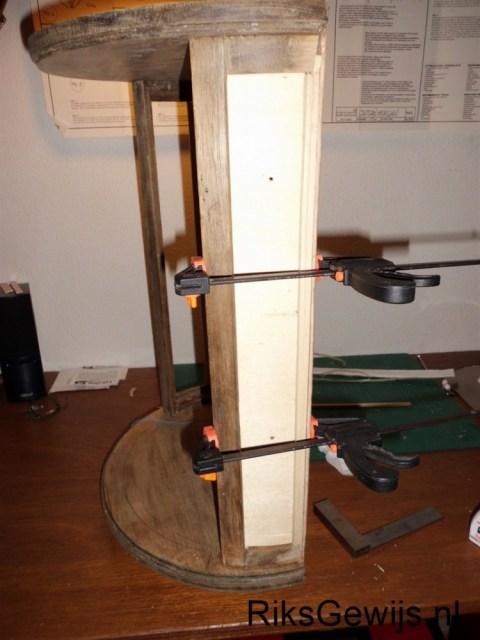 De montage van de zijkant. Een triplex plaatje had ik nog liggen en heb ik gebruikt. Dit word met houtlijm tegen de sponningen gelijmd en op de plaats gehouden door lijmklemmen tijdens het drogen. Dit word straks nog met wat acrylkit afgewerkt.
