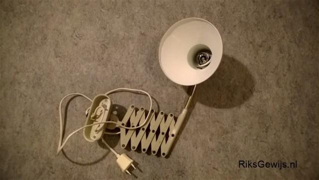 Een oude versleten lamp die steeds opnieuw geklonken is omdat deze naar beneden zakt had nog wel een mooi kapje wat bruikbaar is. Dit lampje komt uit het oude huis van boven mijn oude werkbank. Een prima oplossing om deze dan te recyclen.
