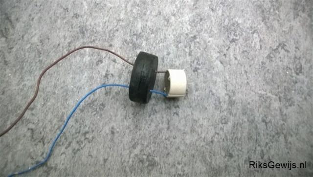 Doordat wij vanuit een actie ooit eens wat ledlampjes gekregen hadden die wij niet konden gebruiken is gekozen voor een bajonet Gu40 aansluiting. Deze word vast gezet in een blokje hout wat weer in de kap geschroefd word vanuit de bovenkant met een sierschroefje.