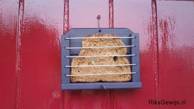 Een simpel vogelvoederhuisje wat gemaakt is van een beetje afval hout. Iedereen heeft wel wat klein materiaal in en om het huis zwerven. De spijlen zijn gemaakt van oude spaken uit een oud wiel dat verbogen was. Hieronder laat ik in wat stappen zien hoe ik dit gemaakt heb om jou te inspireren om dit ook eens te gaan doen. Dit is ook leuk om samen met kinderen te doen. En natuurlijk goed voor de vogels.
