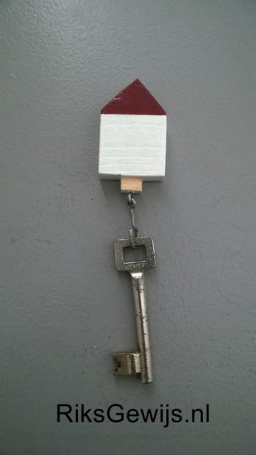 De sleutelhanger heb ik geschilderd in vrolijke kleuren en voorzien van een haakje dat ik zelf gebogen heb van een stukje lasdraad van 1mm dik. Het haakje is gelijmd in een voorgeboord gaatje zodat dit goed vast zit. De sleutelhanger heb ik wel voorzien van een laagje meubel lak om het wat te beschermen. Ik heb deze gebruikt voor onze schuurdeursleutel.