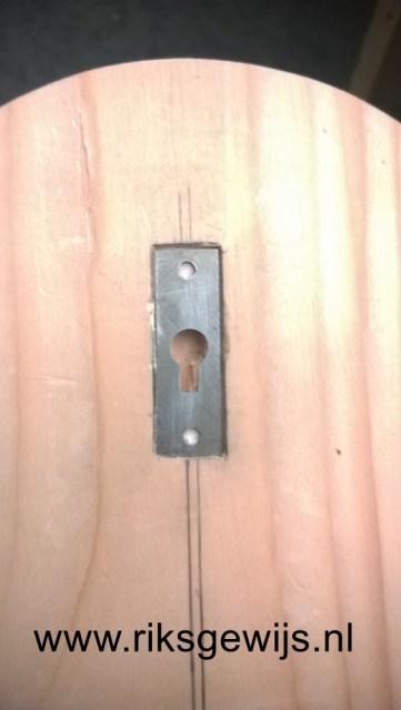 En omdat het goed stevig moet hangen is de achterzijde voorzien van een metalen ophangbeugel. Deze moet op de foto nog wel vast gezet worden met schroefjes. Ik heb hier ook twee componenten lijm tussen zodat ik zeker weet dat alles blijft zitten. Een haakje of schroefje in de muur en deze kan hangen.