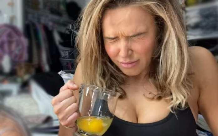 लाना WWE रॉ विमेंस चैंपियन असुका के लिए प्रेप करते हुए कच्चे अंडे खाती हैं