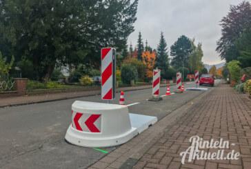 Poller und Plastikhindernisse: Fahrbahn-Verengungen in der Drift montiert