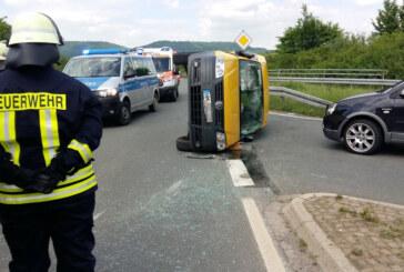 VW Caddy nach Unfall umgekippt, zwei Verletzte